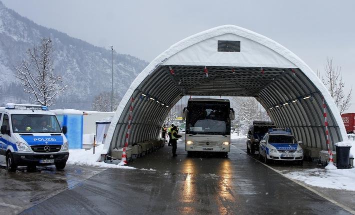 Die Rosenheimer Bundespolizei hat bei Grenzkontrollen mehrere Personen festgenommen. Unter ihnen ist ein mutmaßlicher Schleuser, ein Afrikaner mit Drogen im Gepäck und ein international gesucher Rumäne.