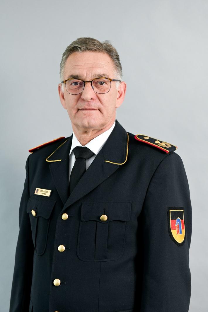 Hartmut Ziebs, Präsident des Deutschen Feuerwehrverbandes, dankt den Einsatzkräften im Waldbrandgebiet.