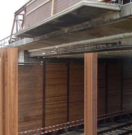 Metallstangen ragen in die Oberleitung - Streckensperrung Foto Bundespolizei