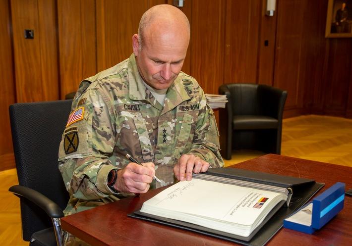 Der Oberbefehlshaber der US-Landstreitkrfte in Europa, Generalleutnant Christopher Cavoli, trgt sich in das Gstebuch des ...