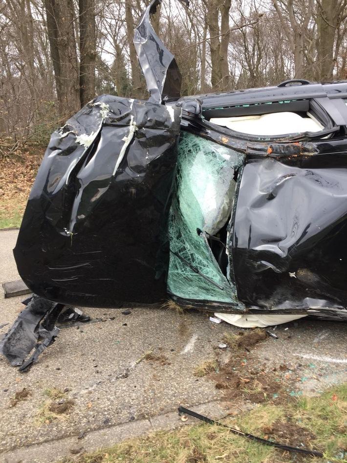 Durch den Aufprall wurde das Fahrzeug umgeworfen und ein Baum entwurzelt.