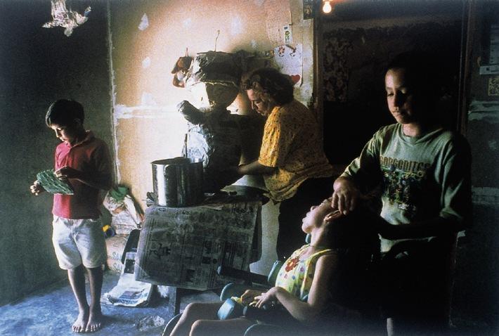 Lara Jo Regan, USA, for Life  Uncounted Americans: Sanchez Family at Home, Texas WORLD PRESS PHOTO OF THE YEAR 2000 Ausstellung im Gruner + Jahr Pressehaus Hamburg vom 4.5.-31.5.2001 Abdruck bitte nur mit Hinweis auf die Ausstellung