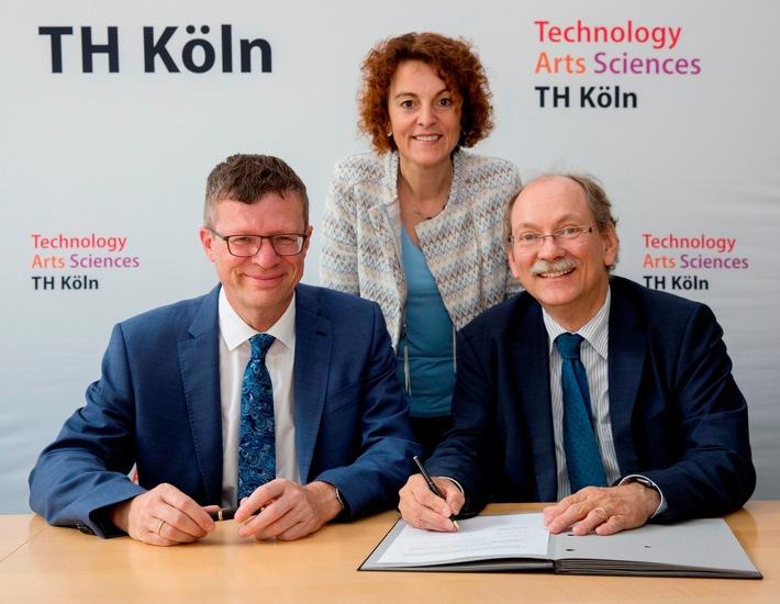 Unterzeichnung der Kooperationsvereinbarung: Prof. Dr. Klaus Becker, Prof. Dr. Simone Fühles-Ubach und Dr. Dietrich Nelle (v.l.) (Foto: Michael Bause / TH Köln)