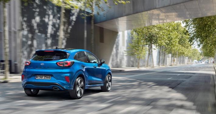 """Um klare Formen, sorgfältig modellierte Stoßfänger und die zweiteiligen Rücklichter zu gestalten sowie um ganz generell den kraftvollen Auftritt des neuen Ford Puma zu erzielen, kooperierte das Design-Team von Ford eng mit den Konstrukteuren und Ingenieuren. Das Ergebnis ist ein Fahrzeug, das sympathisch und gefällig wirkt und das darüber hinaus mit einem leichten Zugang sowie einem großen Laderaum überzeugt. / Der neue Ford Puma: Ein Crossover SUV mit attraktivem Design und moderner EcoBoost Hybrid-Technologie / Weiterer Text über ots und www.presseportal.de/nr/6955 / Die Verwendung dieses Bildes ist für redaktionelle Zwecke honorarfrei. Veröffentlichung bitte unter Quellenangabe: """"obs/Ford-Werke GmbH"""""""