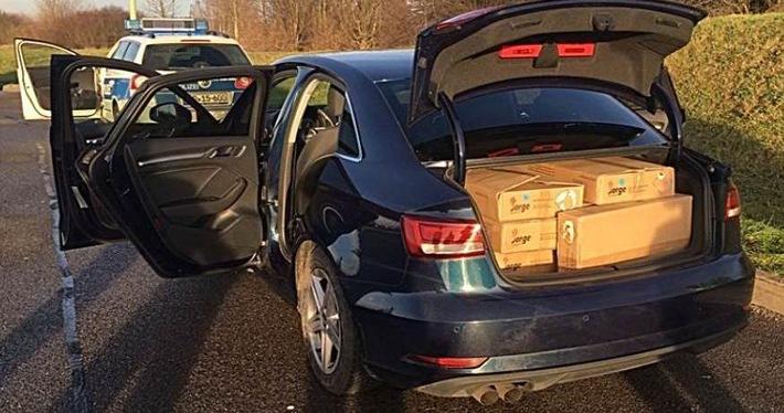 Hier ein Blick in den voll gefüllten Kofferraum. Die Beamten fanden über 150 kg Pyrotechnik!