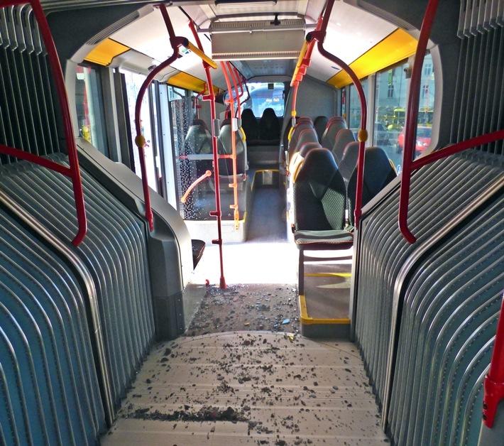 zerbrochene Glasscheibe im Bus