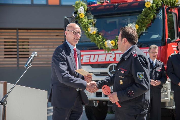 Schlüsselübergabe von Bürgermeister Hundt an Löschgruppenführer Thorsten Junker.  Foto: Karsten Grobbel