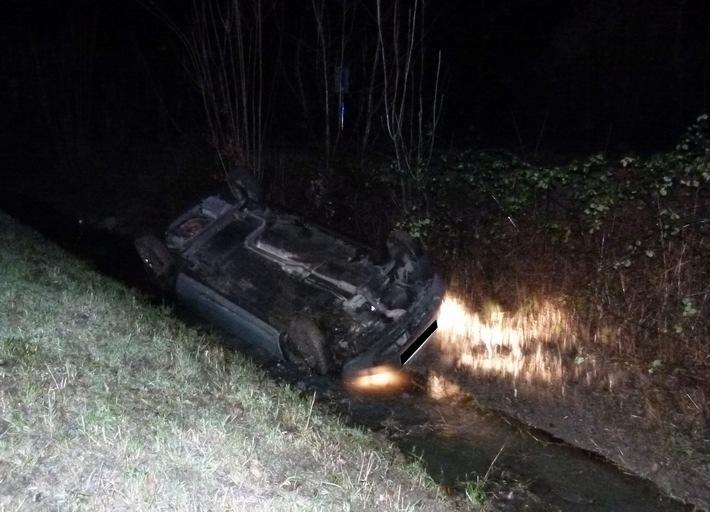 Der Ford blieb kopfüber in dem Bachlauf des Grabens liegen.