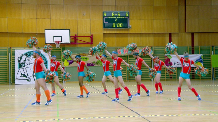 """Die männliche Cheerleader-Gruppe """"Fearleaders"""" bei einem Auftritt. Weiterer Text über ots und www.presseportal.de/nr/6348 / Die Verwendung dieses Bildes ist für redaktionelle Zwecke honorarfrei. Veröffentlichung bitte unter Quellenangabe: """"obs/3sat/ZDF/ORF/Constanze Grießler"""""""
