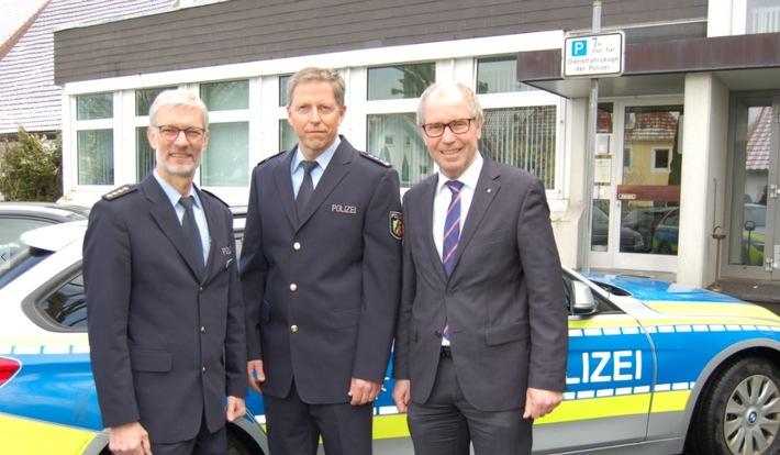Abteilungsleiter Andreas Kornfeld und Landrat Manfred Müller begrüßen den neuen Leiter der Polizeiwache Büren, Erster Polizeihauptkommissar Thomas Wiehe, an seinem zukünftigen Dienstort.