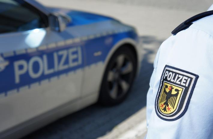 Die Rosenheimer Bundespolizei ermittelt gegen zwei mutmaßliche Schleuser, die Nigerianer beziehungsweise Syrer nach Deutschland gebracht haben.