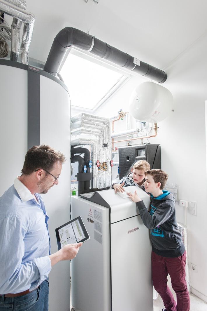 """Die Sole-Wasser-Wärmepumpe WPF von Stiebel Eltron nutzt kostenlos und nach menschlichem Ermessen unbegrenzt zur Verfügung stehende Energie aus dem Erdreich für Heizung und Warmwasserversorgung. Die grüne Heiztechnik kann sowohl im Neubau wie auch in Bestandsgebäuden genutzt werden. Selbstverständlich lässt sich die Heizungsanlage über das Smartphone, den PC oder das Tablet überwachen und regeln. Weiterer Text über ots und www.presseportal.de/nr/62786 / Die Verwendung dieses Bildes ist für redaktionelle Zwecke honorarfrei. Veröffentlichung bitte unter Quellenangabe: """"obs/STIEBEL ELTRON"""""""
