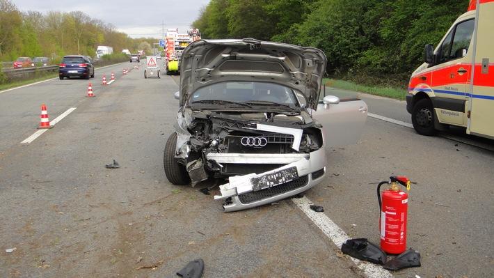 FW-NE: Verkehrsunfall zwischen zwei PKW