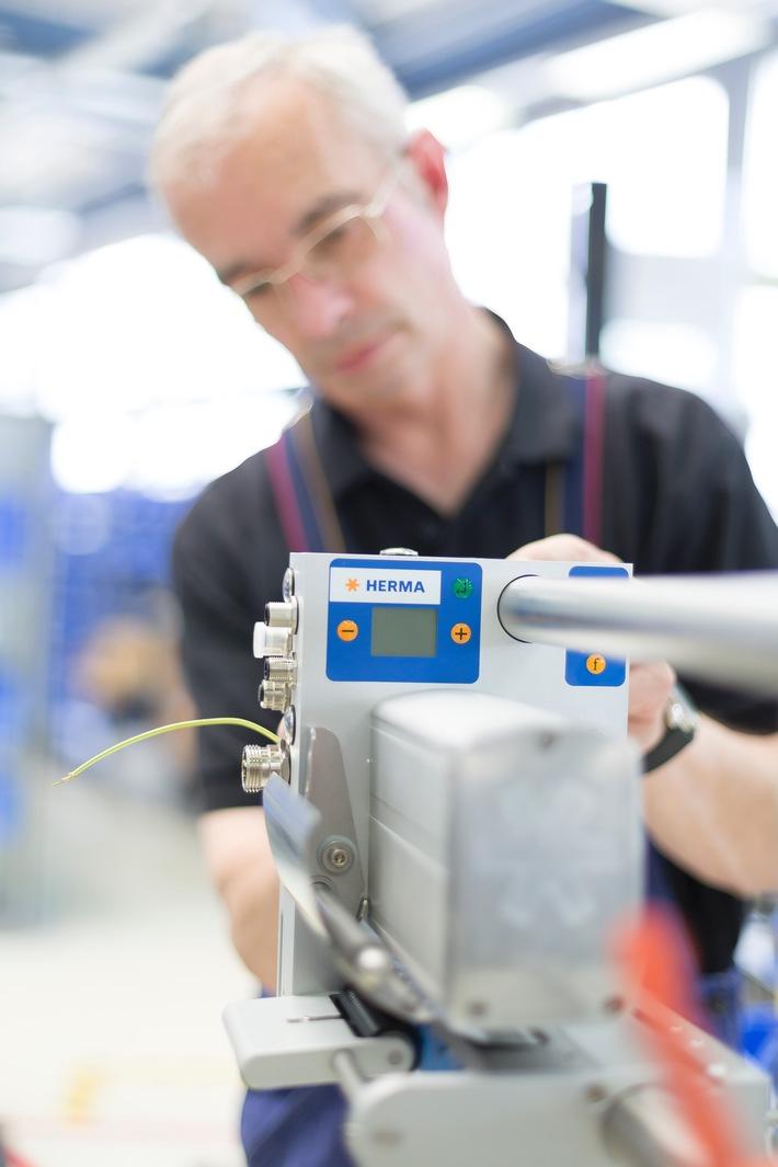HERMA beschleunigt mit Porsche Consulting / Etikettierspezialist senkt Entwicklungszeit, reduziert Produktkosten und wird agiler