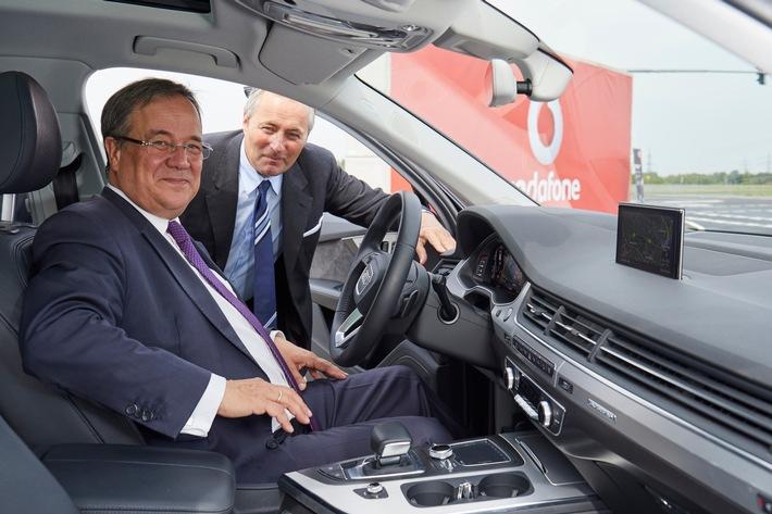 Der Ministerpräsident des Landes NRW Armin Laschet und Vodafone Deutschland CEO Hannes Ametsreiter starten gemeinsam im 5G Mobility Lab den Verkehr der Zukunft.