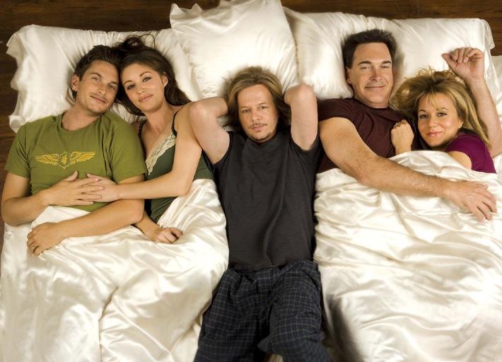 """Liebes-Chaos pur: """"Rules of Engagement"""". Die Emmy nominierte US-Sitcom ab 12. November 2009, in Doppelfolgen, ab 20.15 Uhr in Deutscher Erstausstrahlung bei kabel eins"""
