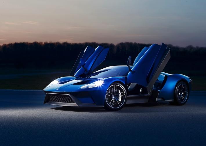 """Der Ford GT setzt neue Maßstäbe. Mit einer Höchstgeschwindigkeit von 347 km/h ist er das bislang schnellste Serienmodell von Ford. Dabei profitiert der Supersportwagen, dessen Rennversion bereits einen Klassensieg bei den 24 Stunden von Le Mans errungen hat, unter anderem vom bisher stärksten EcoBoost-Serienaggregat überhaupt: Der 3,5 Liter große Sechszylinder-Bi-Turbo mobilisiert 647 SAE-PS - die europäischen kW-/PS-Werte sind noch nicht homologiert - und begeistert mit einer herausragenden Leistungscharakteristik. 90 Prozent des Drehmoments liegen bereits bei 3.500 Touren an. Weiterer Text über ots und www.presseportal.de/nr/6955 / Die Verwendung dieses Bildes ist für redaktionelle Zwecke honorarfrei. Veröffentlichung bitte unter Quellenangabe: """"obs/Ford-Werke GmbH"""""""