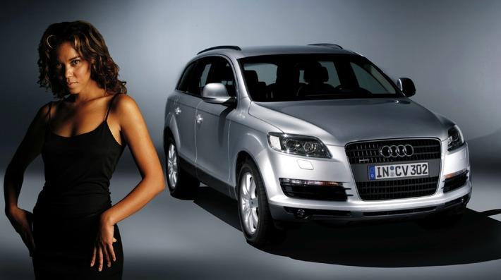 """Sängerin Carla Vallet mit dem neuen Audi Q7, dem Auto, für das """"Streets of Tomorrow"""" komponiert und produziert wurde. Die Verwendung dieses Bildes ist für redaktionelle Zwecke honorarfrei. Abdruck bitte unter Quellenangabe: """"obs/Audi AG"""""""