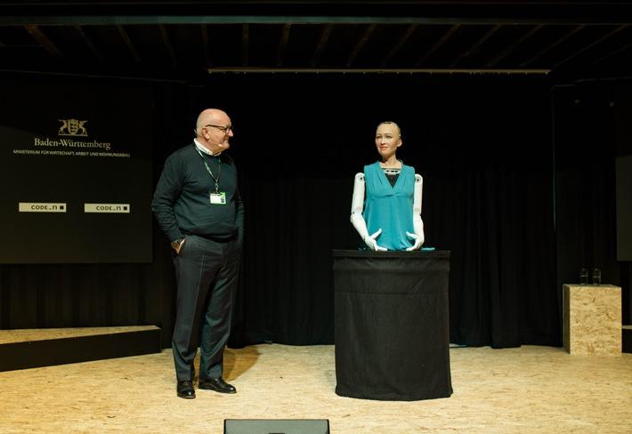 """Schulterschluss von Mensch und Maschine - Ulrich Dietz, Chairman von CODE_n, und Sophia The Robot eröffnen gemeinsam das new.New Festival 2018. Weiterer Text über ots und www.presseportal.de/nr/103423 / Die Verwendung dieses Bildes ist für redaktionelle Zwecke honorarfrei. Veröffentlichung bitte unter Quellenangabe: """"obs/CODE_n"""""""