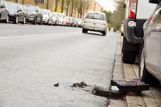 Gefahr durch herausgenommenen Gully-Deckel (Foto: Archiv Polizei Viersen)