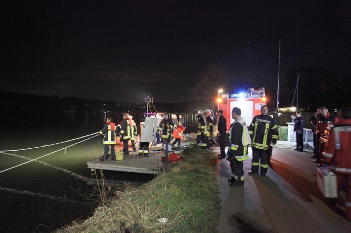 FW-E: Pkw in Baldeneysee, eine Person im Fahrzeug
