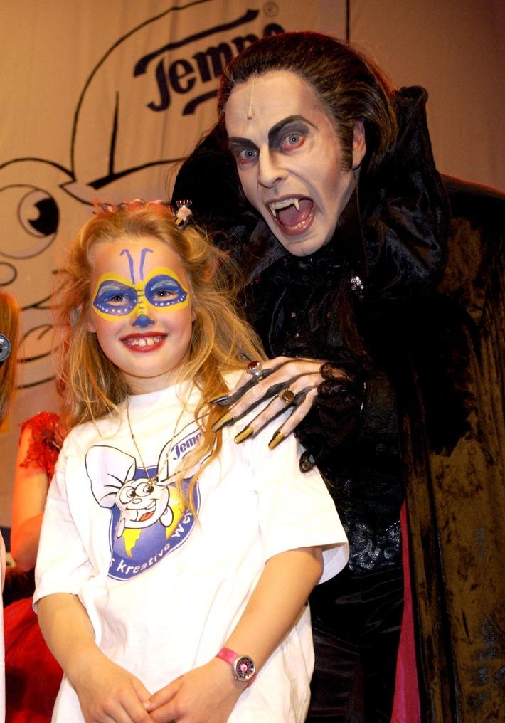 """Der Hauptdarsteller vom Stella-Musical """"Tanz der Vampire"""", Kevin Tarte, kommt einem Mädchen bei der Abschlussveranstaltung von """"Tempo´s kreative Welt"""" am Sonnabend (02.06.2002) im Kölner Tanzbrunnen auf schauspielerische Weise bedrohlich nahe. Im Rahmen dieser Initiative waren 80 Kinder im Alter von 6 bis 14 Jahren aus ganz Deutschland angereist, um gemeinsam mit professionellen Theaterfachleuten an zwei Tagen ein Musical-Potpourri einzustudieren. Ziel des Programms ist es nicht kleine Stars zu entdecken, sondern die Papiertaschentuchmarke will allen Kindern Gelegenheit geben, die Freude an kreativen Beschäftigungen für sich zu entdecken und auszuleben.Die Verwendung dieses Bildes ist für redaktionelle Zwecke honorarfrei. Abdruck bitte unter Quellenangabe: """"obs/Die Verwendung dieses Bildes ist für redaktionelle Zwecke honorarfrei. Abdruck bitte unter Quellenangabe: """"obs/Procter & Gamble"""""""