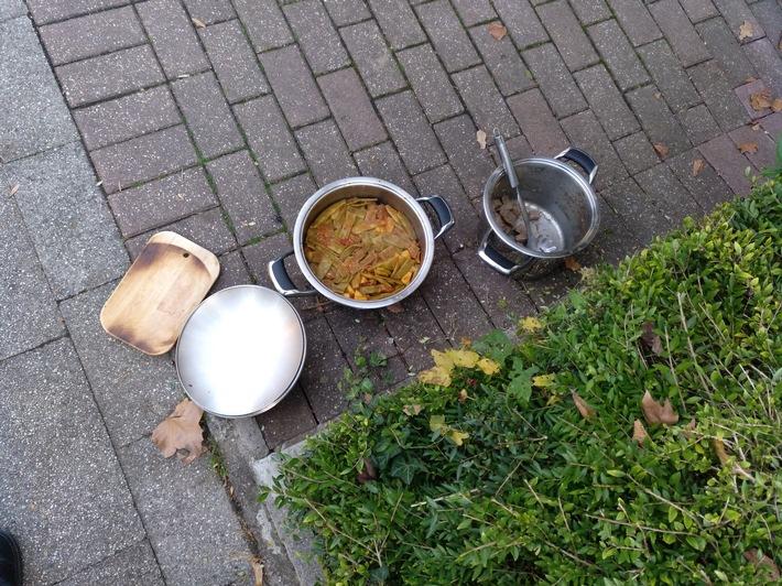 Das angebrannte Essen und das Holzbrettchen.