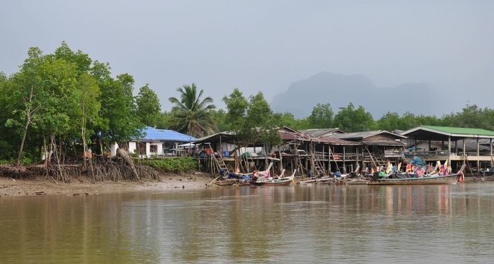 Mangroven und Siedlungen direkt am Ufer
