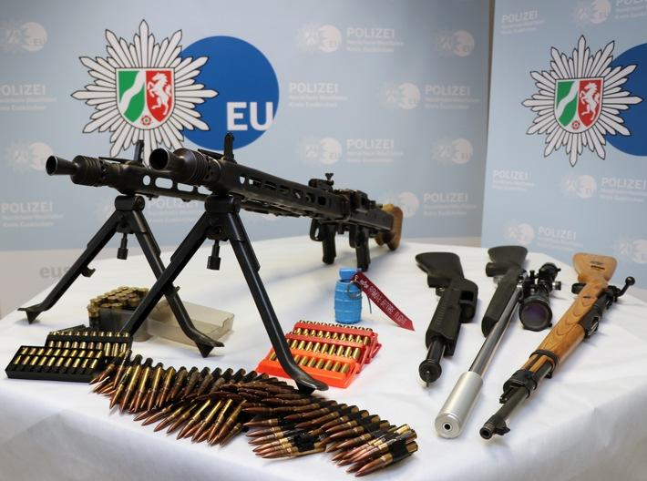 Die Durchsuchung führte zur Auffindung von Waffen und Munition. (Foto: Polizei Euskirchen)