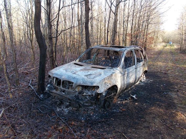 """POL-FL: """"Carjacking"""": Einbrecher entwendeten nach Einbruch in Einfamilienhaus BMW/Fahrzeug ausgebrannt aufgefunden"""