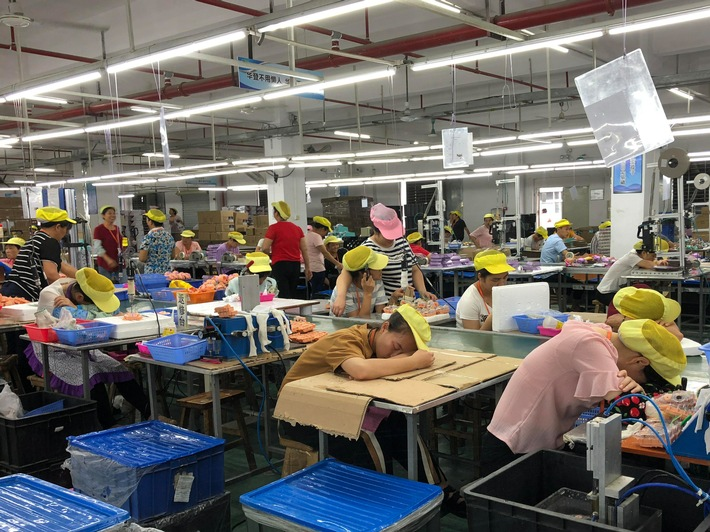 """Erschöpfte Arbeiterinnen in der chinesischen Spielzeugfabrik Wah Tung. Weiterer Text über ots und www.presseportal.ch/de/nr/100001955 / Die Verwendung dieses Bildes ist für redaktionelle Zwecke honorarfrei. Veröffentlichung bitte unter Quellenangabe: """"obs/Solidar Suisse/China Labour Watch"""""""