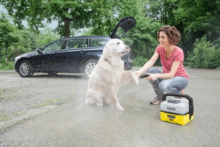 Der Mobile Outdoor Cleaner OC 3 von Kärcher lässt sich unabhängig von Strom- und Wasseranschlüssen überall einsetzen und reinigt schmutzige Hundepfoten sanft mit frischem Wasser.