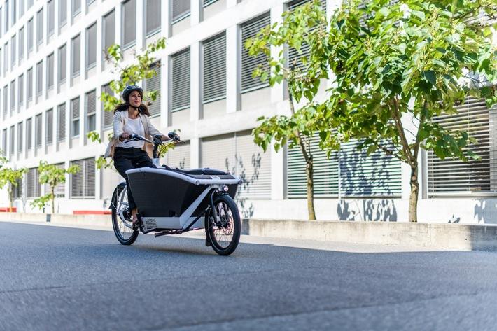 """AXA Crashtests: Lautlos, schnell, riskant - urbane Mobilität 2030. Drohnen, E-Bikes und Sharing-Konzepte: Die urbane Mobilität wird sich bis 2030 maßgeblich verändern. An ihren Crashtests in Dübendorf, Schweiz, zeigen die Unfallforscher von AXA in drei Crashversuchen, welche Risiken diese Trends mit sich bringen. Weiterer Text über ots und www.presseportal.de/nr/53273 / Die Verwendung dieses Bildes ist für redaktionelle Zwecke honorarfrei. Veröffentlichung bitte unter Quellenangabe: """"obs/AXA Konzern AG"""""""