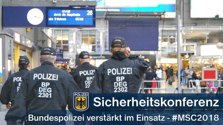 In Spitzenzeiten ist die Bundespolizei am Samstag mit rund 300 Beamten im eigenen Zuständigkeitsbereich im Einsatz; vorwiegend für die sichere An- und Abreise der Veranstaltungsteilnehmer.