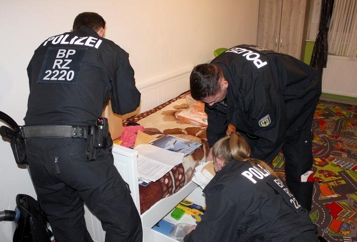 Bundespolizisten durchsuchen acht Wohnungen in Neumünster. Foto Bundespolizei