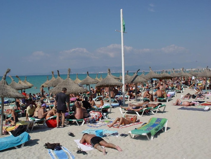 GOB Massentourismus am Strand Mallorca