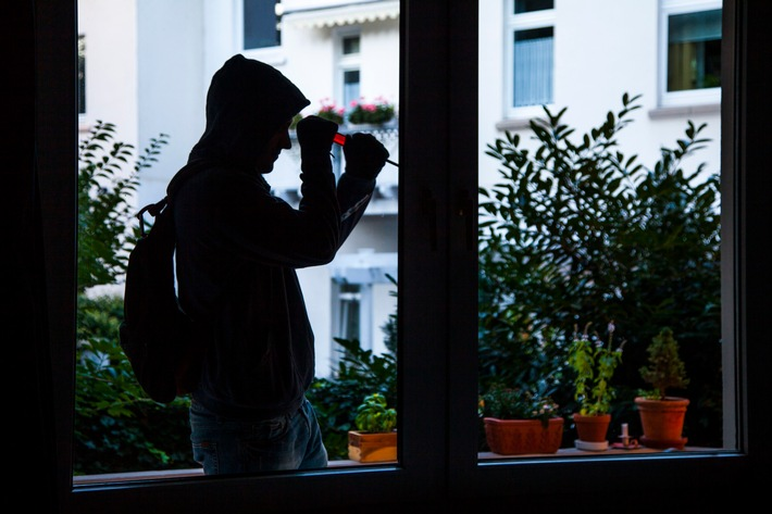 """Einbrecher kommen meistens tagsüber, zur Schul- und Arbeitszeit, wenn niemand zu Hause ist. Das Foto zeigt einen Einbrecher bei der """"Arbeit"""". (Symbolbild: Polizei)"""