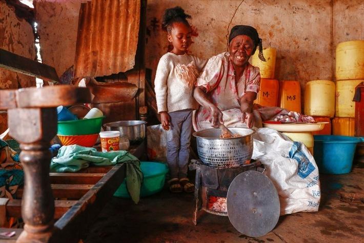 Maryam und eine Urenkelin beim Kochen / Weiterer Text über ots und www.presseportal.de/nr/50131 / Die Verwendung dieses Bildes ist für redaktionelle Zwecke unter Beachtung ggf. genannter Nutzungsbedingungen honorarfrei. Veröffentlichung bitte mit Bildrechte-Hinweis.