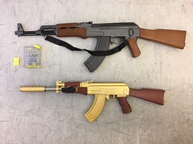 Zwei, von der Bundespolizei Passau sichergestellte Soft-Air Waffen AK 47