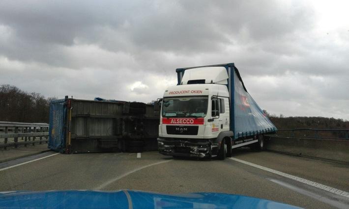 Das Foto zeigt den umgestürzten LKW-Anhänger.