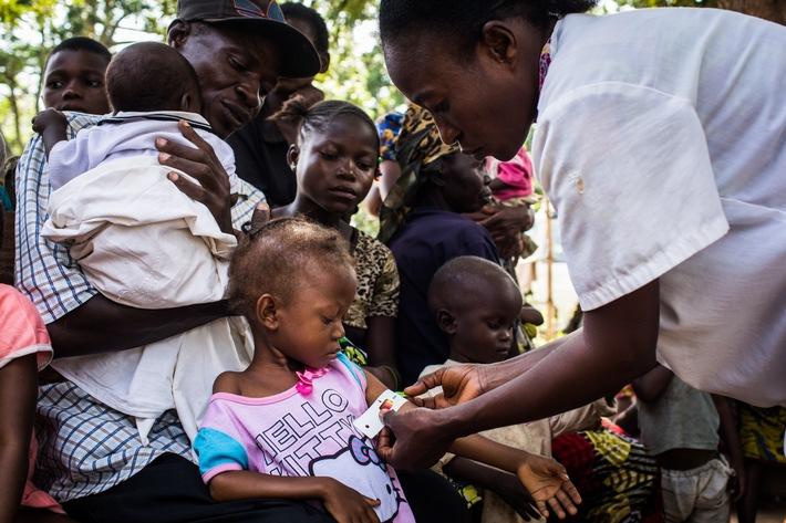 © UNICEF/UN0157537/Tremeau Mit einem Maßband am Oberarm untersucht eine Gesundheitshelferin in der Kasai-Region der DR Kongo Kinder auf Zeichen von akuter Mangelernährung.