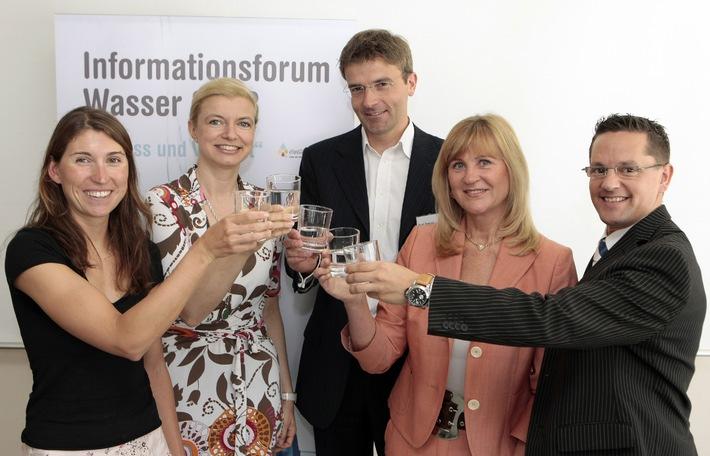 """""""Informationsforum Wasser 2008"""": Wassertrinken ist gesund"""