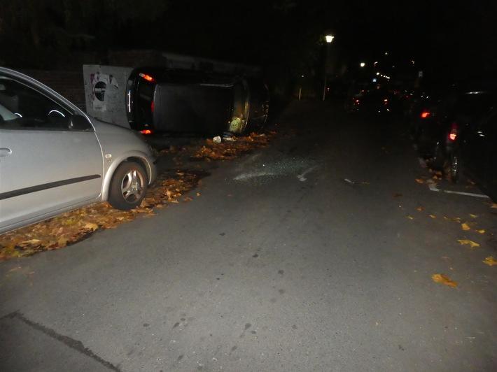 Das Foto zeigt den Ford nach dem Unfall. Veröffentlichung mit dieser Pressemitteilung honorarfrei. Bildrechte: Polizeipräsidium Münster