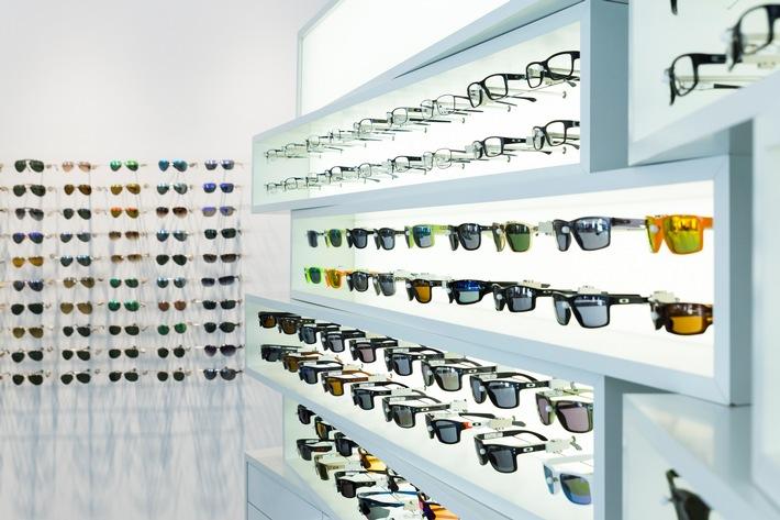 """Eine Sonnenbrille vom Augenoptiker schützt die Augen optimal vor schädlicher UV-Strahlung. Weiterer Text über ots und www.presseportal.de/nr/51178 / Die Verwendung dieses Bildes ist für redaktionelle Zwecke honorarfrei. Veröffentlichung bitte unter Quellenangabe: """"obs/ZVA"""""""