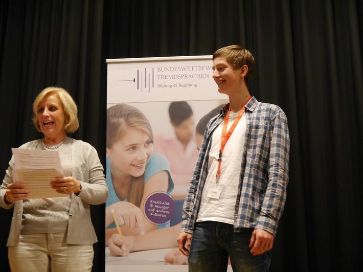 Peter Großer aus Seifhennersdorf sicherte sich den Sieg. Ellen Dulisch von der Jury gratuliert.