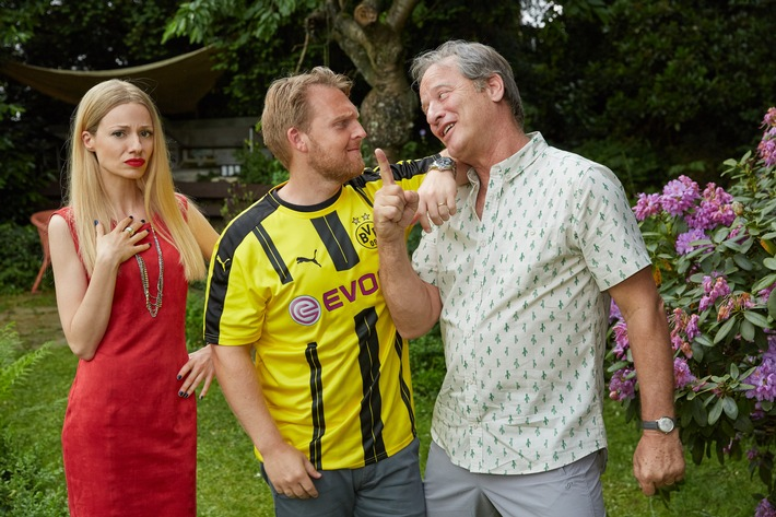 """Dortmund gegen Bayern - aber bitte mit Gefühl! Drehstart für die romantische SAT.1-Fußballkomödie """"Volltreffer"""" (AT) mit Axel Stein, Julia Hartmann und Tom Gerhardt     Fußball ist Leidenschaft, Fußball ist Gefühl, Fußball ist pure Freude und tiefe Trauer, Fußball ist unser Leben, Fußball ist ... Liebe! Die Liebe zum Verein geht über alles ... wirklich alles? Was ist, wenn Mann und Frau Anhänger der ärgsten Konkurrenten sind? Wenn sein Herz von Kindesbeinen an für den BVB schlägt, sie aber für den FC Bayern München arbeitet und mit dem Auftrag, den wichtigsten Borussen abzuwerben, nach Dortmund reist? Axel Stein als Vollblut-BVB-Fan Philipp und Julia Hartmann als ambitionierte FC-Bayern-Funktionärin Viktoria spielen die Hauptrollen in der romantischen Fußballkomödie ,,Volltreffer"""" (AT), die SAT.1 derzeit in Dortmund, Köln und Umgebung dreht. Außerdem dabei: Tom Gerhardt als Philipps Schwiegervater Foto: © SAT.1 / Guido Engels  Dieses Bild darf bis 30.06.2016 honorarfrei fuer redaktionelle Zwecke und nur im Rahmen der Programmankuendigung verwendet werden. Spaetere Veroeffentlichungen sind nur nach Ruecksprache und ausdruecklicher Genehmigung der ProSiebenSat1 TV Deutschland GmbH moeglich. Verwendung nur mit vollstaendigem Copyrightvermerk. Das Foto darf nicht veraendert, bearbeitet und nur im Ganzen verwendet werden. Nicht fuer EPG! Es darf nicht archiviert werden. Es darf nicht an Dritte weitergeleitet werden. Bei Fragen: 089 9507 1135 Voraussetzung fuer die Verwendung dieser Programmdaten ist die Zustimmung zu den Allgemeinen Geschaeftsbedingungen der Presselounges der Sender der ProSiebenSat.1 Media AG. Weiterer Text über ots und www.presseportal.de/nr/6708 / Die Verwendung dieses Bildes ist für redaktionelle Zwecke honorarfrei. Veröffentlichung bitte unter Quellenangabe: """"obs/SAT.1/Guido Engels"""""""