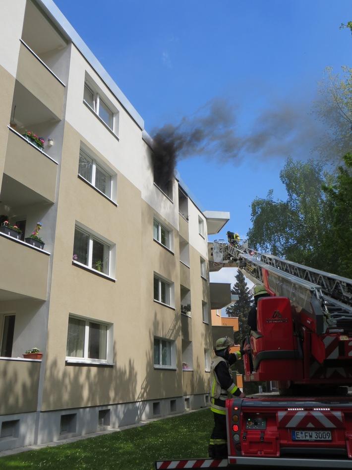 Menschenrettung über die Drehleiter der Feuerwehr