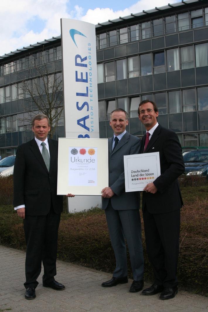 """Dr. Dietmar Ley (m.) von der Basler AG empfängt die Ehrenurkunde durch Olaf Meuser (l.) und Martin Naber (r.) von der Deutschen Bank. Die Verwendung dieses Bildes ist für redaktionelle Zwecke honorarfrei. Abdruck bitte unter Quellenangabe: """"obs/Basler AG"""""""