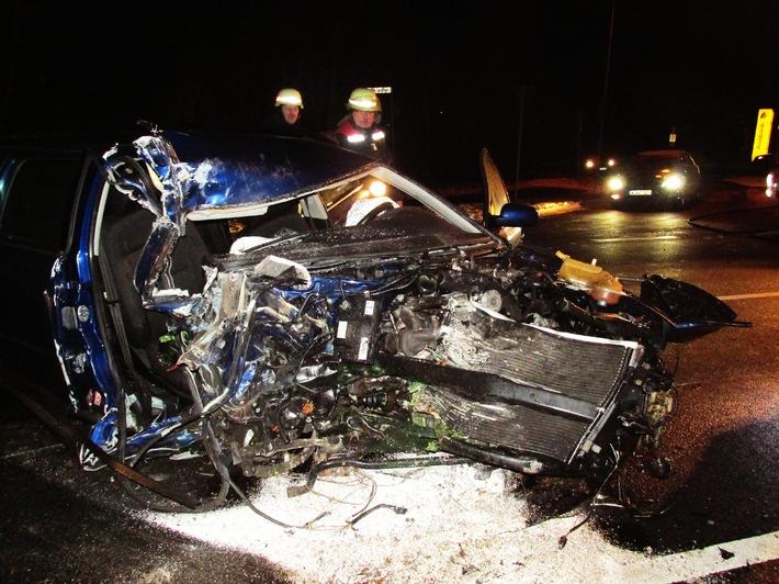 POL-HM: Alkoholisierter Autofahrer prallt gegen Baum und verletzt sich schwer