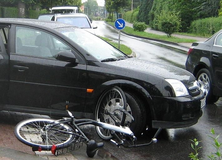 POL-DN: Radfahrerin erlitt schwere Kopfverletzungen